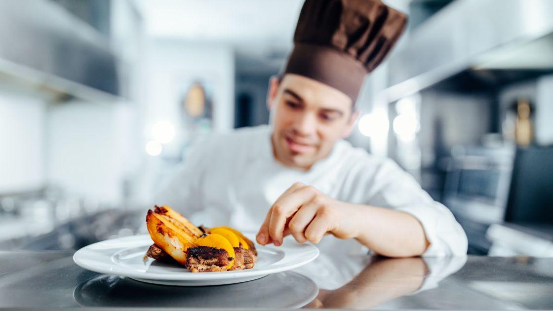 Cocinero mostrando plato recién hecho App distribuidores alimentos  BGrup 3
