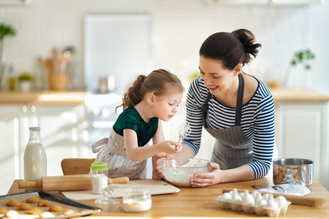 madre e hijo cocinando recetas de galletas caseras para niños BGrup
