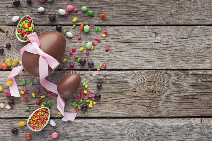 Receta mona de pascua chocolate huevo de pascua en mesa de madera BGRUP