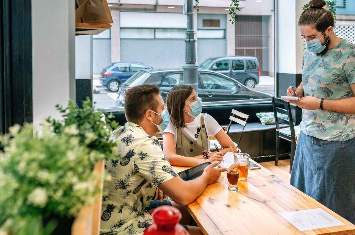 pareja en bar pidiendo mayoristas hosteleria barcelona Bgrup