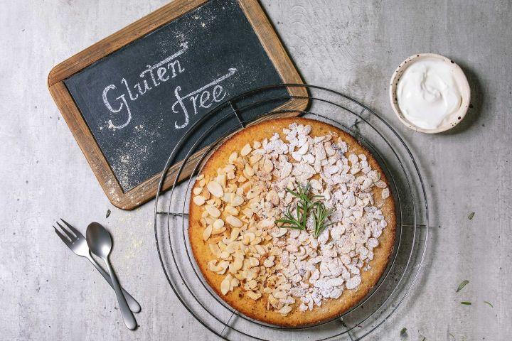 pastel de almendras sin gluten emplatado