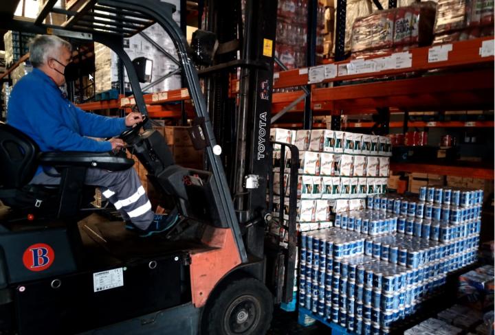 trabajador BGrup descargando material en almacén