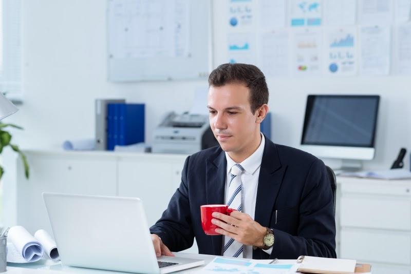 chico trabajando en oficina cafés para oficinas BGrup