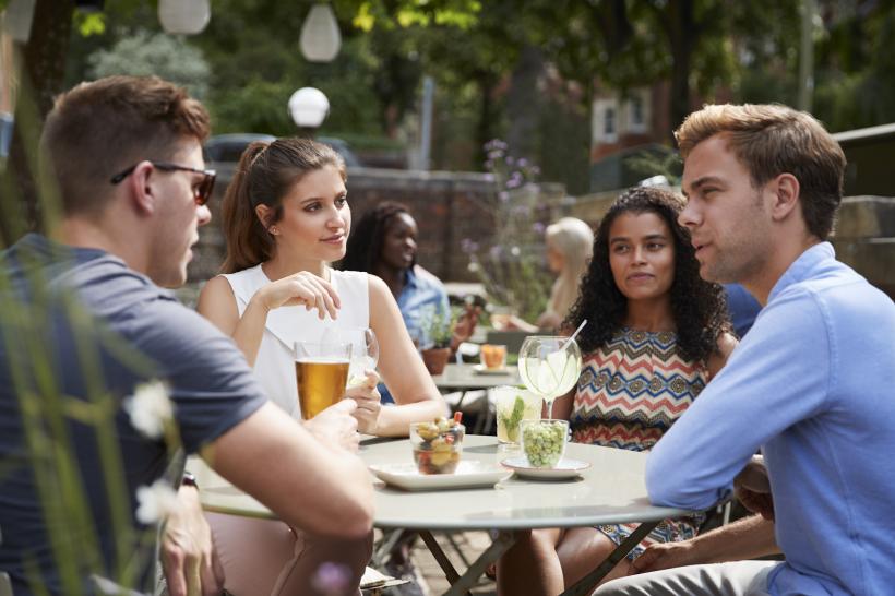 grupo de amigos en bar distribuidores de bebidas para bares BGrup