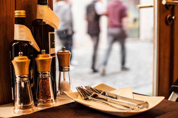 detalle de cubiertos y plato en restaurante