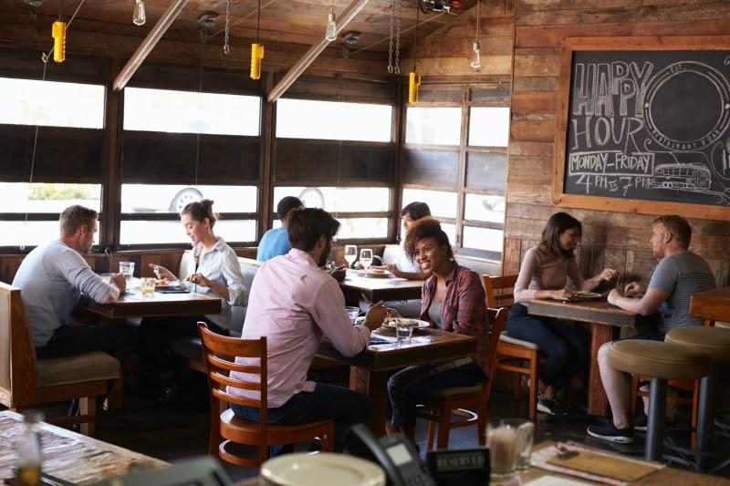bar con clientes sentados venta mayorista alimentos BGrup