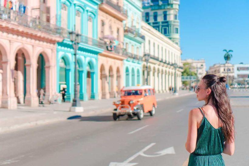 chica en Cuba bebidas alcohólicas para restaurantes BGrup